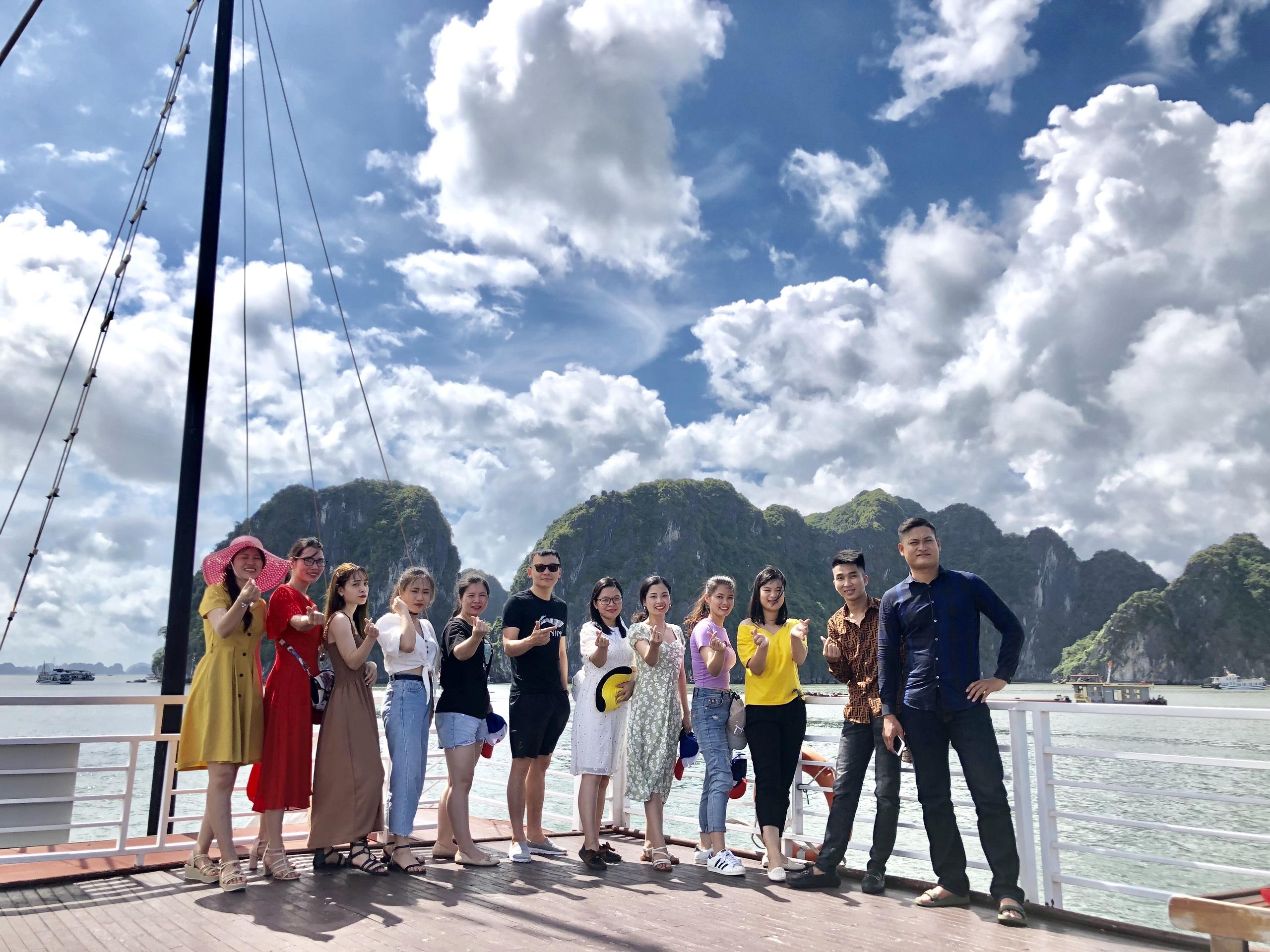 Du thuyền tham quan Vịnh Hạ Long
